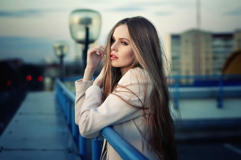 Ilus naine üksildane