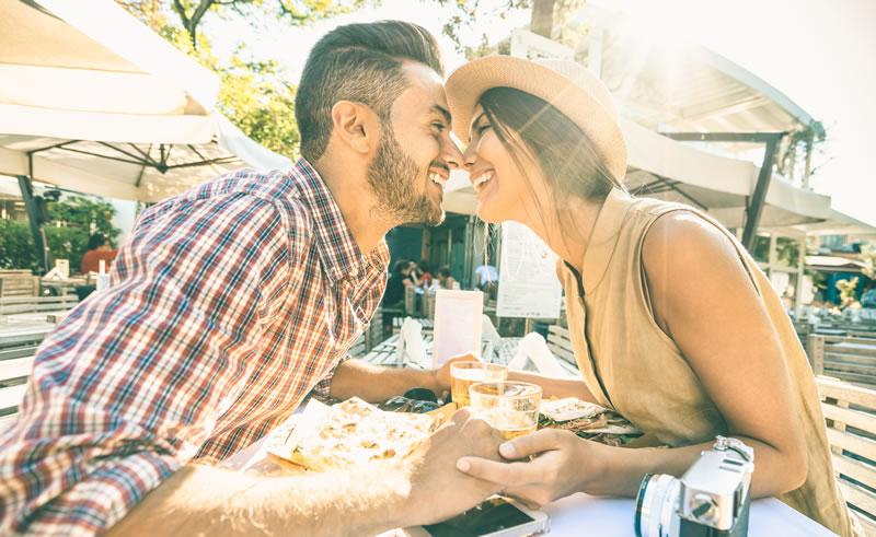 Õnnelik paar kohvikus ninad koos