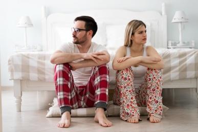 Naine ja mees mossitavad magamistoas
