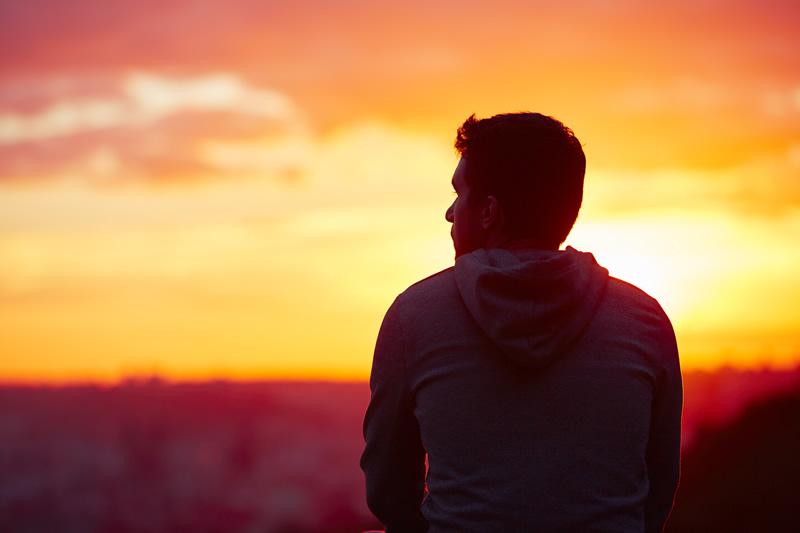 Üksik mees päikseloojangus igatseb armastust