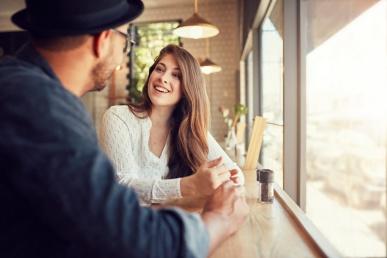 Naine ja mees suhtlevad mõnusalt kohvikus