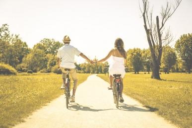 Õnnelik paar sõidavad jalgrattaga
