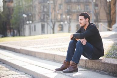 Mees istub üksinda ja on mõtlik