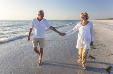 Õnnelik vanem paar koos rannal