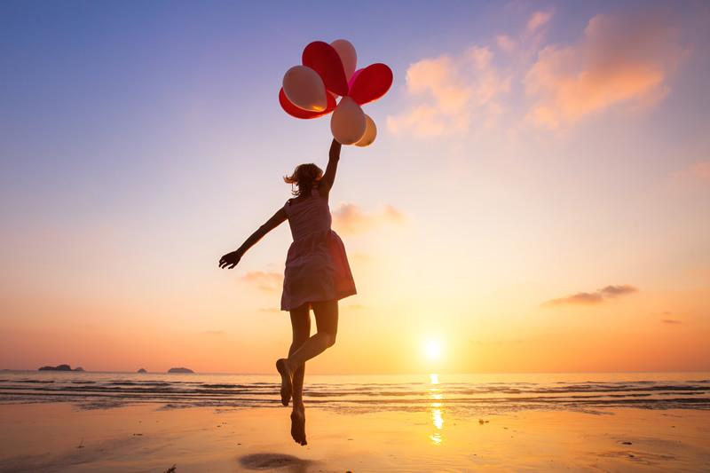 Õnnelik naine õhupallidega