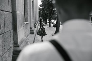 Naine lahkub, mees vaatab