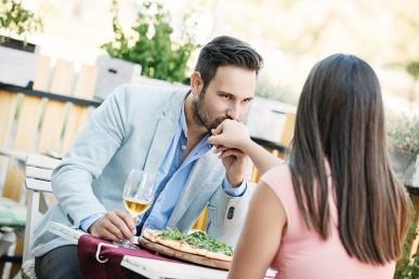 Mees suudleb naise kätt restoranis