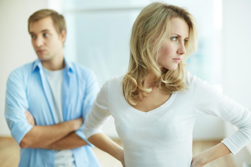 Naine on mehele seljaga ja mossitavad