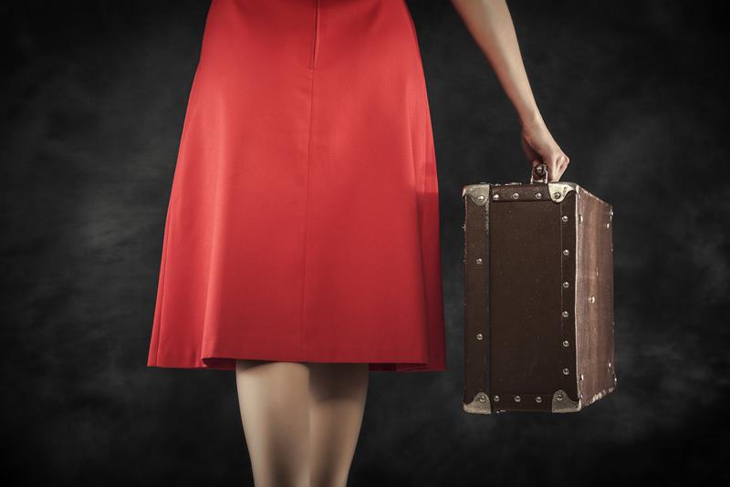Naine punases lahkub kohvriga