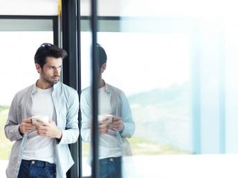 Mees üksinda kohvitassiga ootab armastust