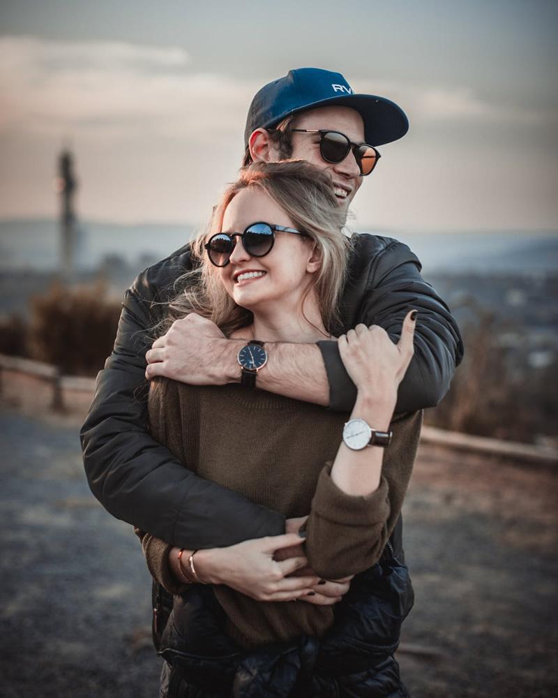 Mees kallistab naist