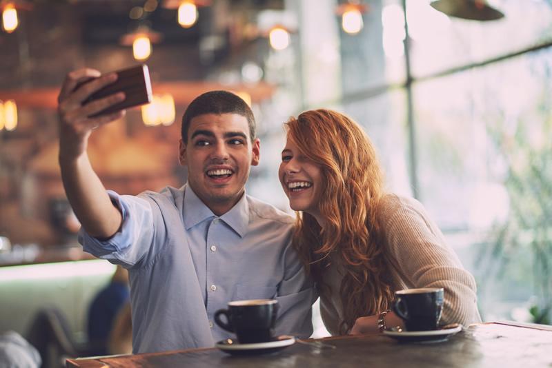 Paarike kohvikus teevad pilti