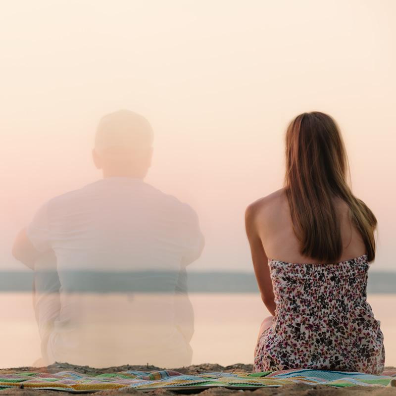 Naine istub üksinda mere rannal