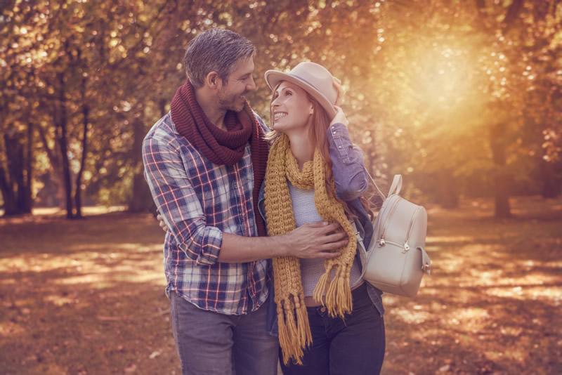 Naine ja mees jalutavad metsas