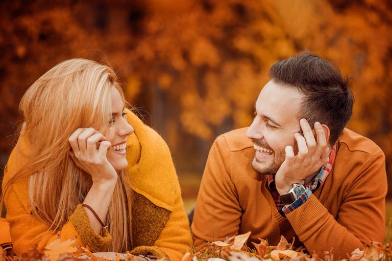 Naine ja mees rõõmsalt koos