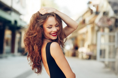 Ilus vallaline naine naeratab