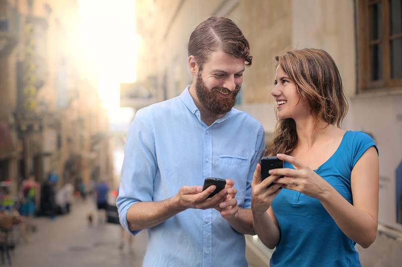 Armastav paar vaatavad telefoni