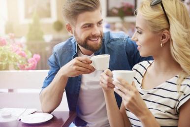 Naine ja mees kohvitavad