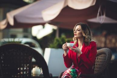 Sensuaalne naine punases üksinda kohvikus