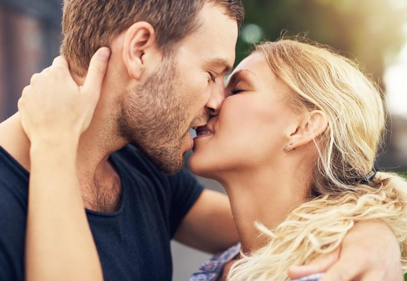 Paar suudleb kirglikult