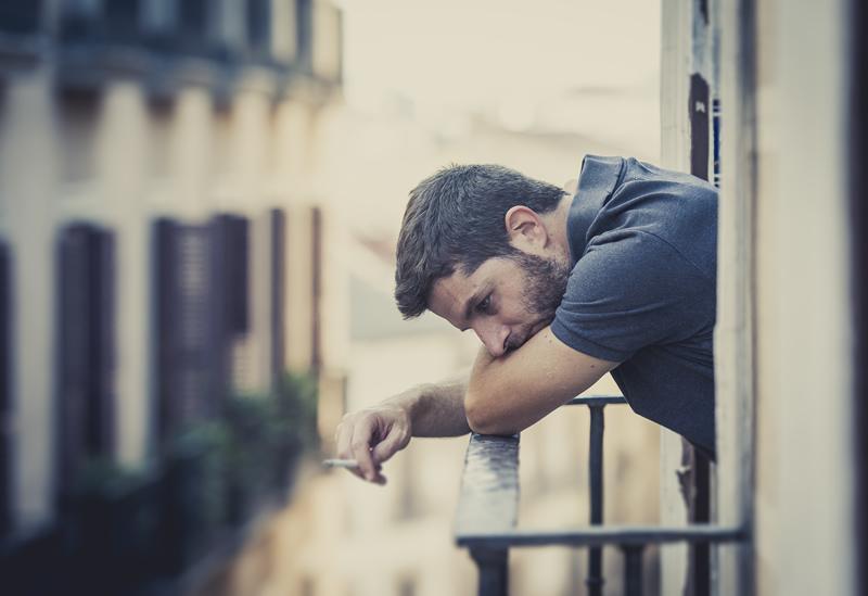 Mees on üksik ja õnnetu rõdul