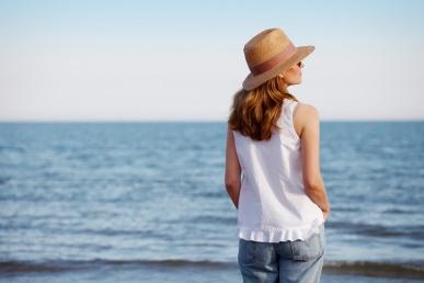 Üksildane naine mere ääres ootamas kaaslast