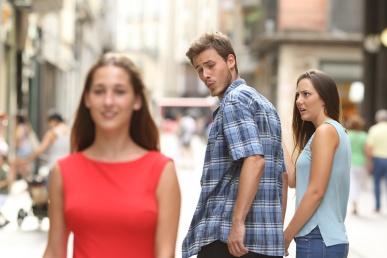 Mees vaatab võõrast naist ise koos kaaslasega
