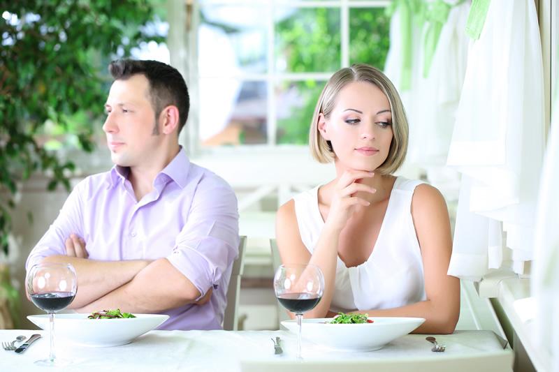 Paar koos kohvikus teineteisest pole huvitatud