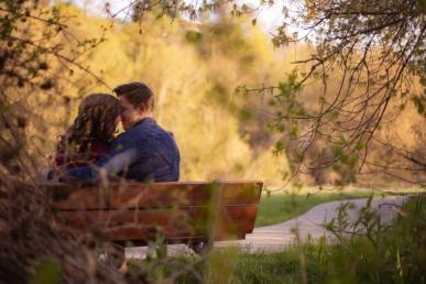 Armastav paar pargis koos armasalt