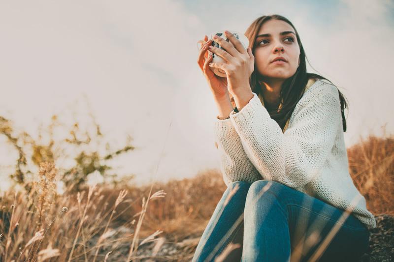 Üksildane naine istub ja mõtleb