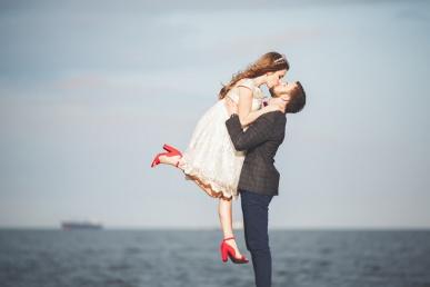 Paar kallistab ja suudleb
