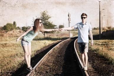 Armastusest suhtes: armas paarike koos raudteel