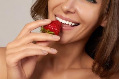 Üksik naine sensuaalselt maasikat söömas