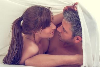 Kaaslasega voodis