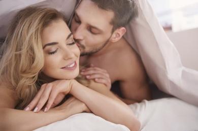 Õnnelik paarike voodis koos