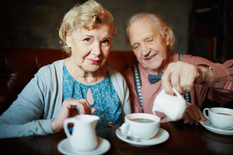 Kestev armastus : vanem paarike joob teed