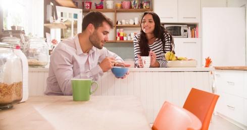 Kaaslasega koos köögis asjatamas
