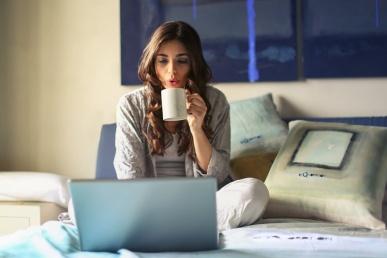 Üksik naine tutvub online tutvumiskeskkonnas