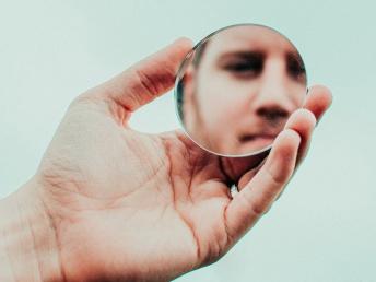 Mees vaatab peeglisse