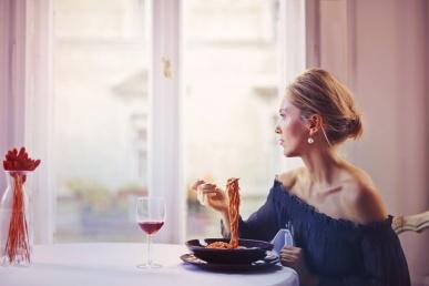 Naine sööb kohtingul spagetti