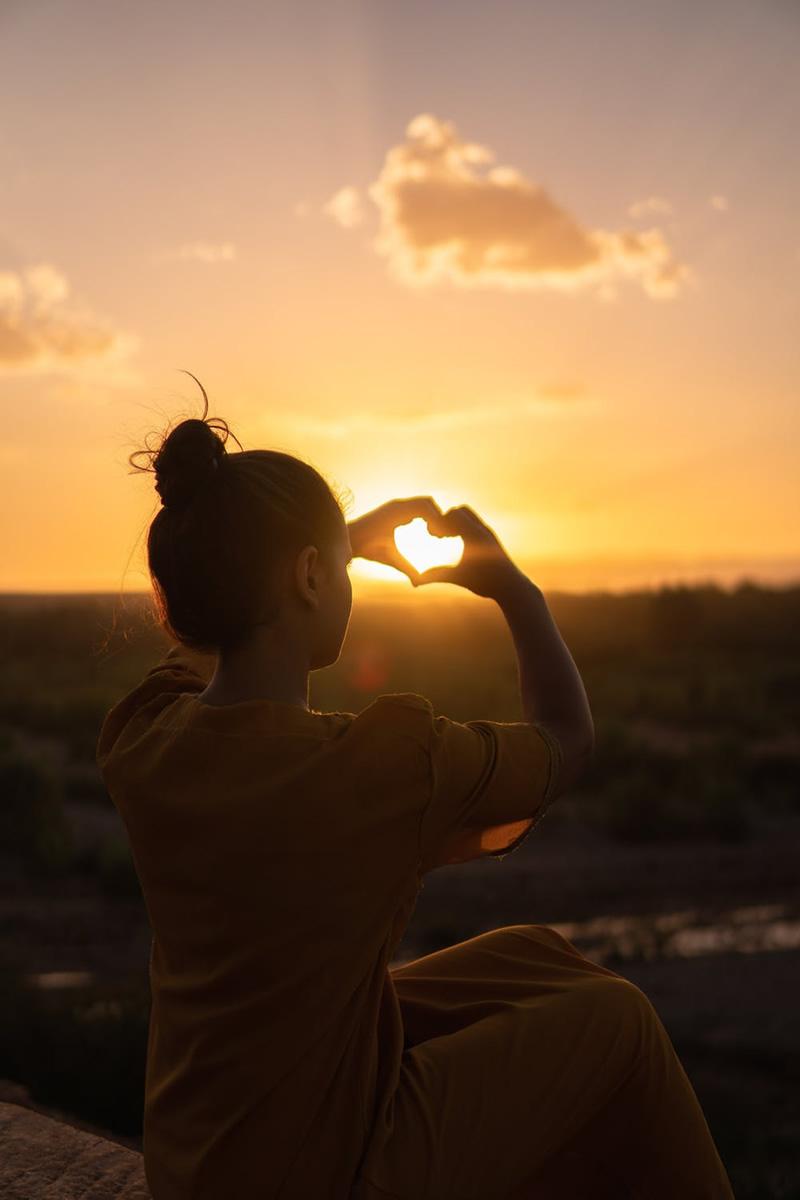 Naine näitab südamemärki