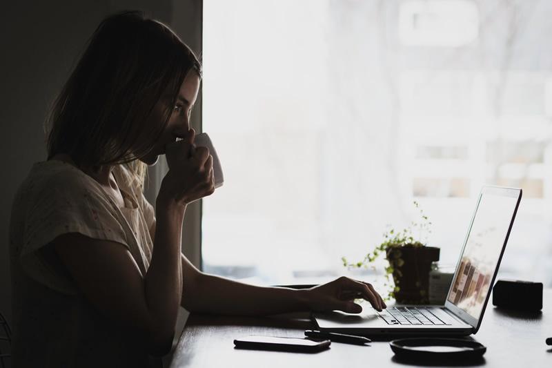 Naine kirjutab tutvumisprofiili