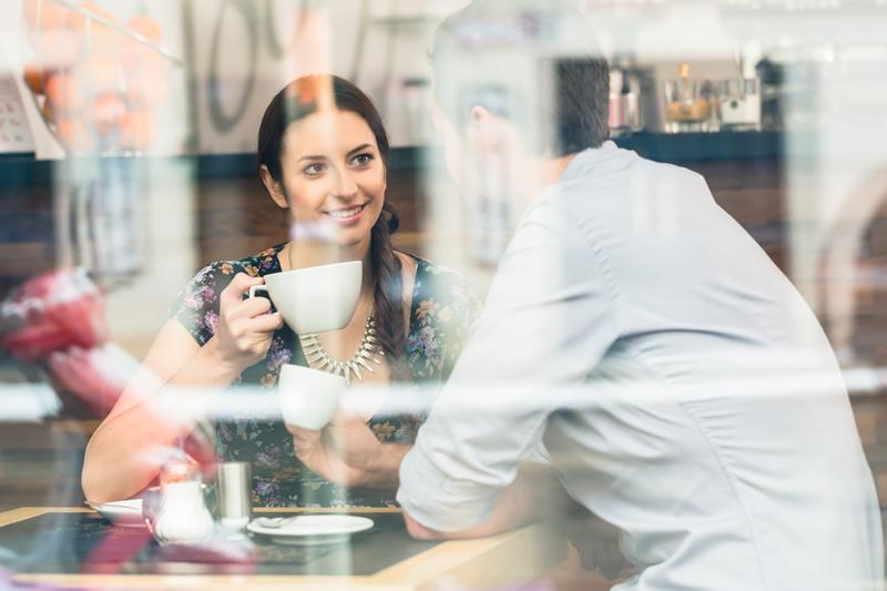 Meeldiva kaaslasega kohtingul kohvikus