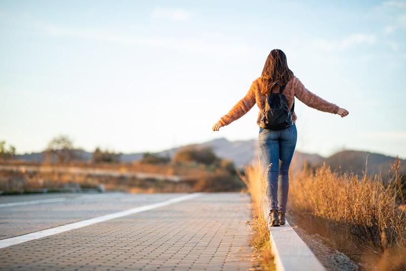 Naine liigub edasi