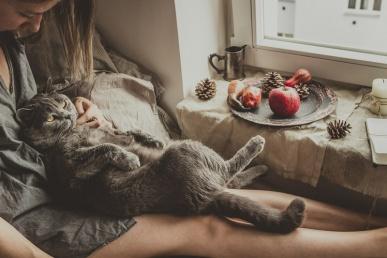 Vallaline naine kassiga