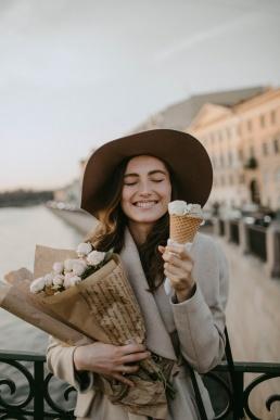 Õnnelik naine lilledega