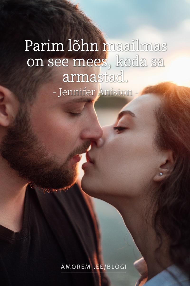 Mees ja naine suudlevad õrnalt