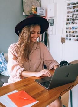 Tutvus tutvumisportaalis: naine arvutis