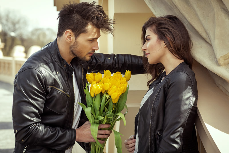 Mees tulpidega tutvub naisega