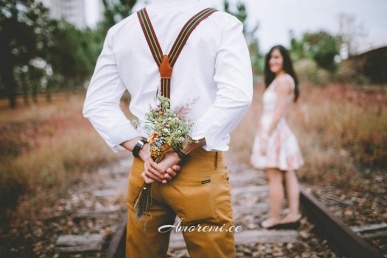 Naine ja mees kohtingul lilledega